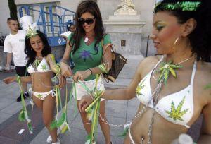 Danseuses en bikini lors d'un rally pro-cannabis